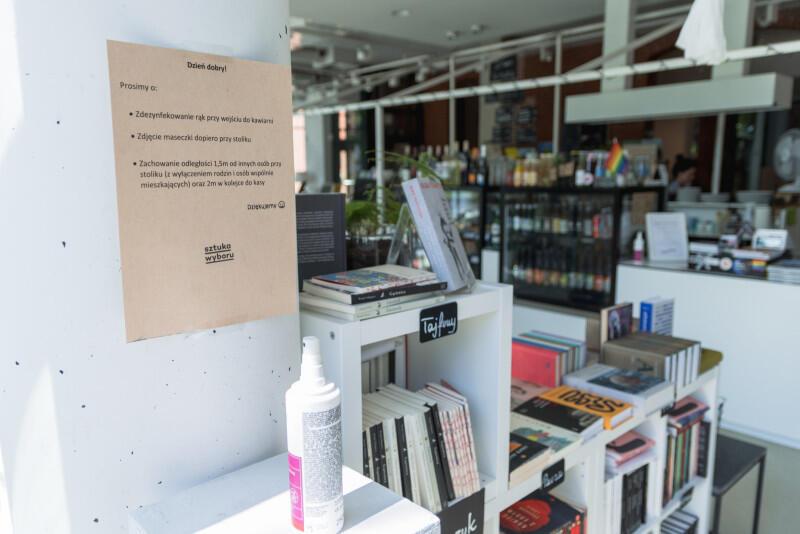 Korzystanie z księgarni w czasie pandemii jest możliwe - wystarczy przestrzegać prostych zasad: dezynfekować ręce, zakrywać nos i usta. I można kupować! Nz. stanowisko do dezynfekcji w księgarni Sztuka Wyboru