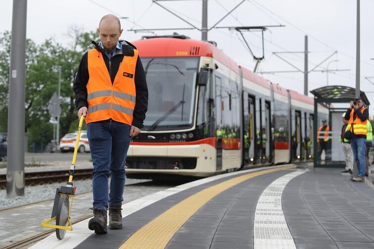 Zanim tramwaje zabiorą pasażerów, trzeba dokładnie sprawdzić, wymierzyć, policzyć...
