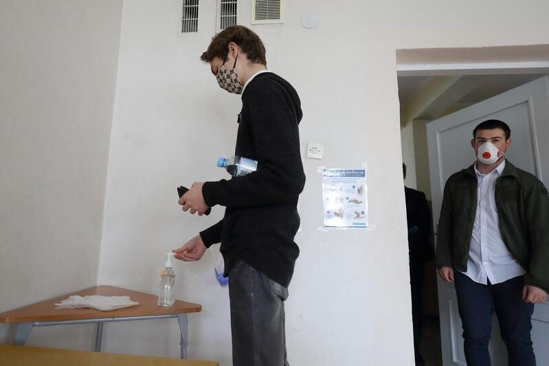 Dezynfekcja rąk przed przystąpieniem do egzaminu