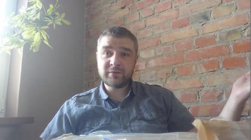 `Gadka motywacyjna` na końcu teledysku - Tomasz Biernat, przewodniczący Zarządu Dzielnicy Przeróbka i aktor Grupy Teatralnej Przeróbka+
