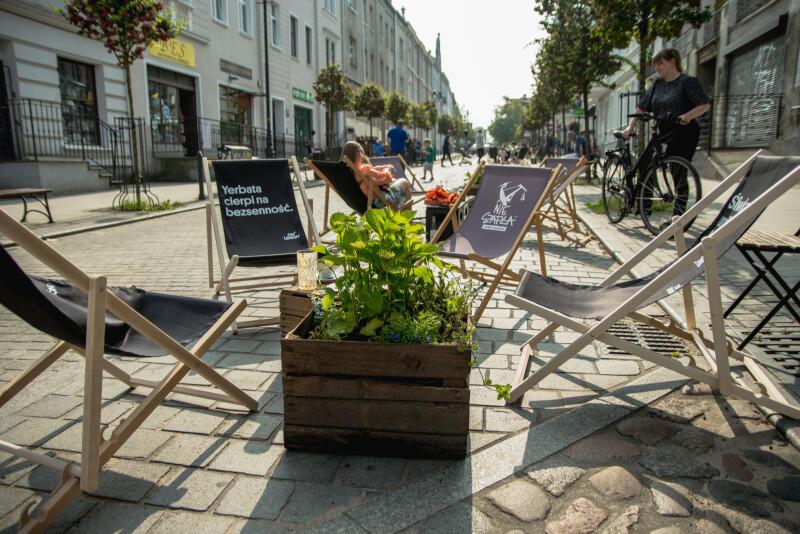 Miejsce samochodów zajęły leżaki, ławki, krzesła i stoliki. Można usiąść na słońcu i się zrelaksować na świeżym powietrzu, racząc się specjałami z pobliskich lokali