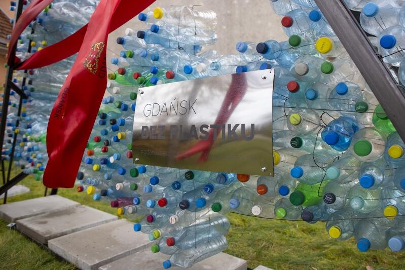 Odłonięcie ekologicznej rzeźby - instalacji z zużytych butelek promującej postawy proekologiczne wśród dzieci i młodzieży oraz pokaz recyclingowej mody. Gdańsk Świbno, Szkoła Podstawowa nr 88