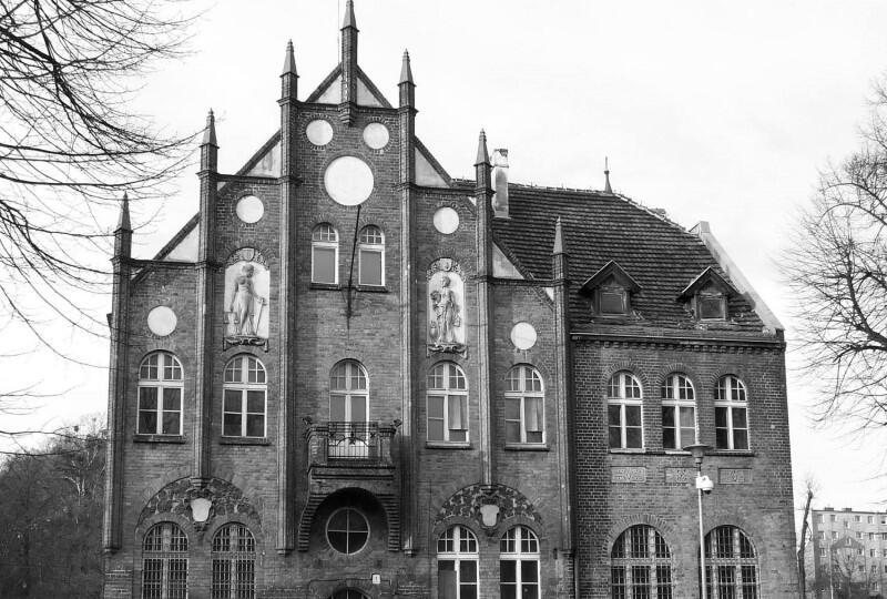 Stacja Orunia GAK przy ul. Dworcowej 9 powoli otwiera się ponownie - można już przyjść do Galerii Peron, gdzie od 10 czerwca trwa wystawa ...za górami, za lasami...  - to fotograficzna dokumentacja podróży dwóch podróżniczek i fotografek - Iwony Lubelskiej i Bożeny Piętowskiej