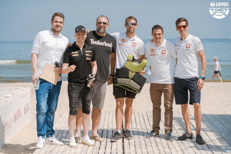 W piątek, 19 czerwca, na plaży w Brzeźnie do południa gościli: Kajetan Kajetanowicz (drugi z lewej), Artur Siódmiak (trzeci z lewej) oraz żeglarze Paweł Kołodziński, Łukasz Przybytek i Piotr Myszka