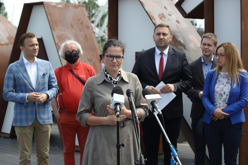 W sobotę, 20 czerwca, pod napisem GDAŃSK na Ołowiance odbył się briefing prezydent Gdańska Aleksandry Dulkiewicz, wraz z zastępcami i radnymi, w sprawie spotu o finansowaniu przez rząd działań samorządowych