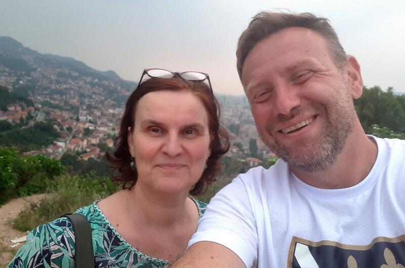 Z bośniacką przyjaciółką Senadą z ukochanym Sarajewem w tle