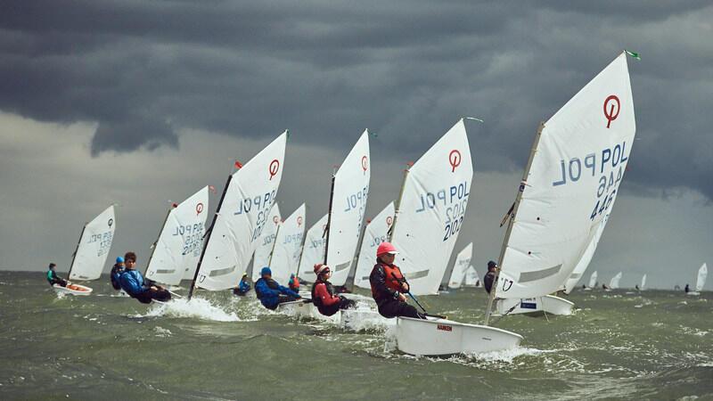 Najmłodsza żeglarska klasa Optimist - przeznaczona dla dzieci i młodzieży do 15 lat
