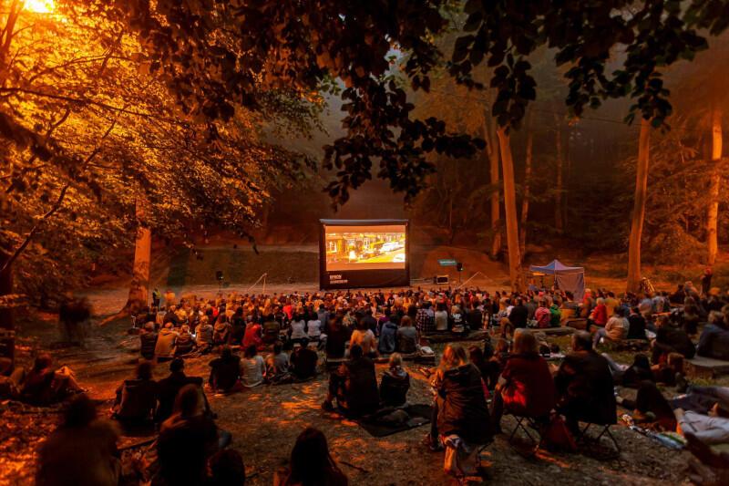 """""""Kino po zachodzie słońca"""" to nowy gdański cykl plenerowy w wyjątkowej scenerii z historią. Teatr Leśny otwarto 25 czerwca 1911 roku - działał do 1920 roku. Na nowe życie i ponowne otwarcie musiał czekać do 12 września 1998 roku - od tego dnia możemy cieszyć się nim stale"""