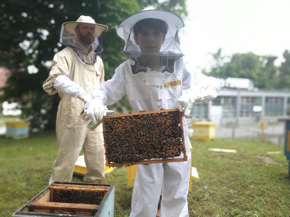 Bolek i Maciej Jacaszek, dzień osadzania pszczół na Politechnice Gdańskiej, 20 czerwca 2020 r.