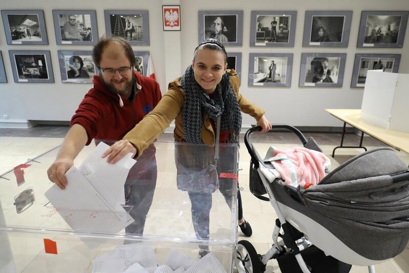 Przed niedzielnymi wyborami koniecznie sprawdźcie, gdzie głosujecie. Nz. gdańska rodzina głosuje w wyborach do Parlamentu RP, 13 października 2019 r.