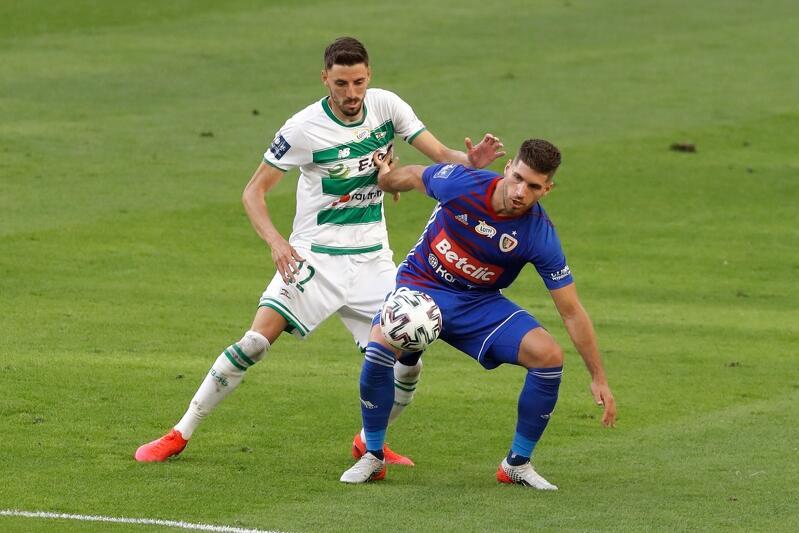 Filip Mladenović walczy o piłkę