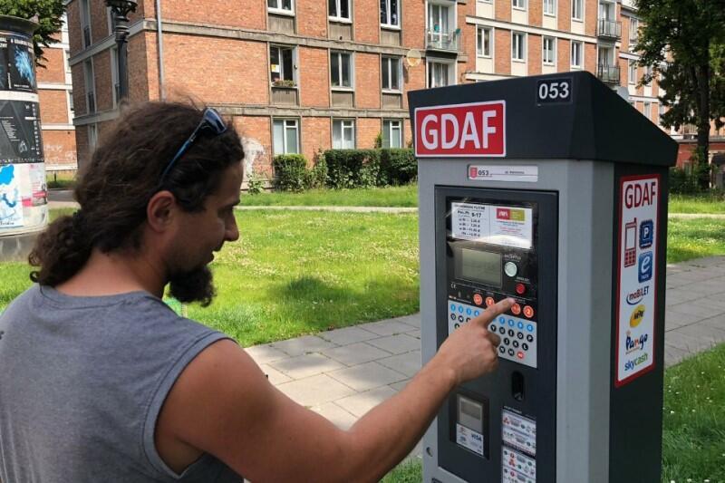 Nowość na parkomatach - nalepki w kolorach, oznaczających jedną z trzech stref, jakie obowiązywać będą od poniedziałku, 29 czerwca. Nz. parkomat przy ul. Korzennej, naprzeciwko Ratusza Staromiejskiego - nalepki są czerwone, bowiem ulica należy do Śródmiejskiej Strefy Płatnego Parkowania