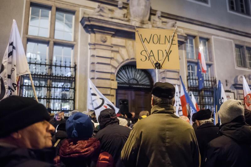 Atak na niezależność sądów w Polsce i niedawna sytuacja z nielegalnymi wyborami korespondencyjnymi, do których miało dojść 10 maja, były jednymi z głównych tematów europejskiej konferencji poświęconej praworządności
