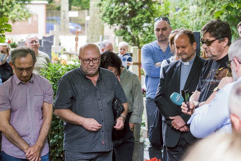 Tomasz Gawiński, inicjator symbolicznego pożegnania (w środku) obok ks. Krzysztof Niedałtowski