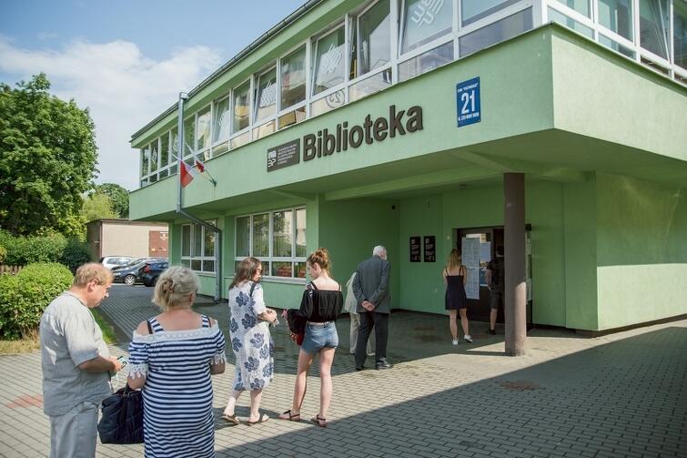Tak, po południu, wyglądała sytuacja przed budynkiem biblioteki na Przymorzu