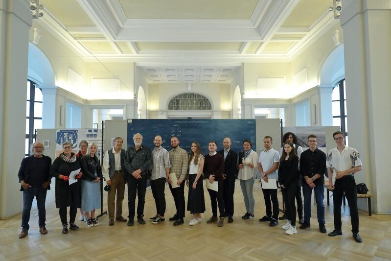 Wspólne zdjęcie organizatorów i laureatów konkursu