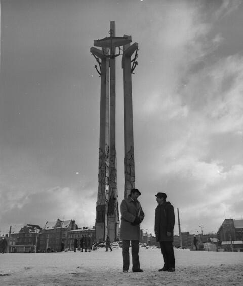 Wiesław Szyślak (po lewej) i Henryk Lenarciak pod Pomnikiem Poległych Stoczniowców