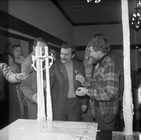 Lech Wałęsa a po jego prawej stronie Wiesław Szyślak przy makiecie pomnika