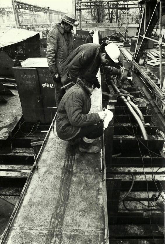 Wiesław Szyślak (z papierami w ręku) przy budowaniu jednego z krzyży
