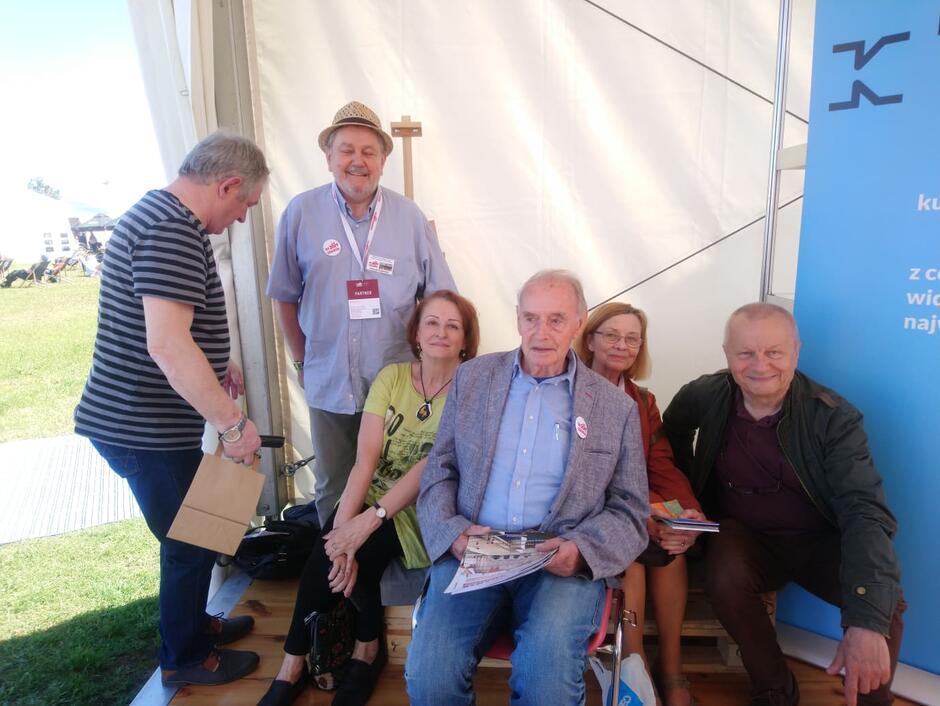 Początek czerwca 2019, Święto Wolności i Solidarności przy Europejskim Centrum Solidarności, w jednym z namiotów można było spotkać członków Społecznego Komitetu Budowy Pomnika; pośrodku siedzi Wiesław Szyślak