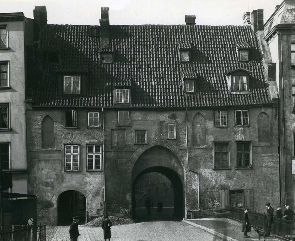 Nadwodna Brama Krowia, widok od Motławy, ok. 1895