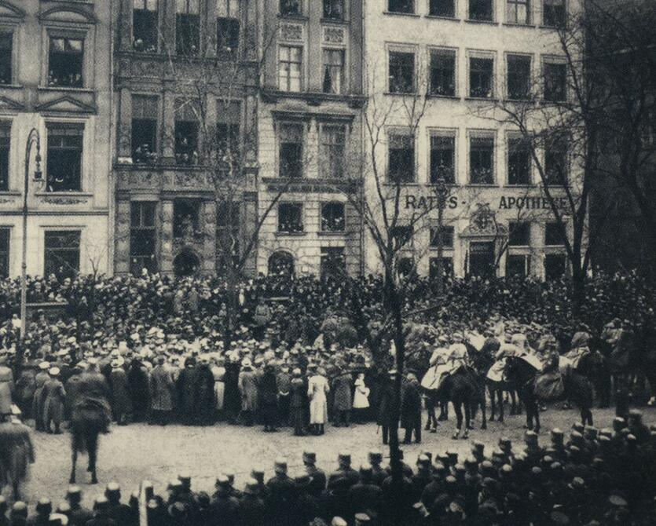 Opuszczających Gdańsk niemieckich żołnierzy żegnał na Długim Targu nadburmistrz Sahm i mieszkańcy