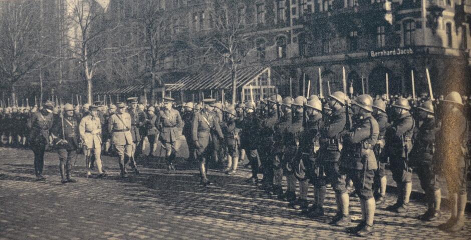 Defilada wojsk alianckich, które przybyły do miasta, w tle hotel 'Danziger Hof'