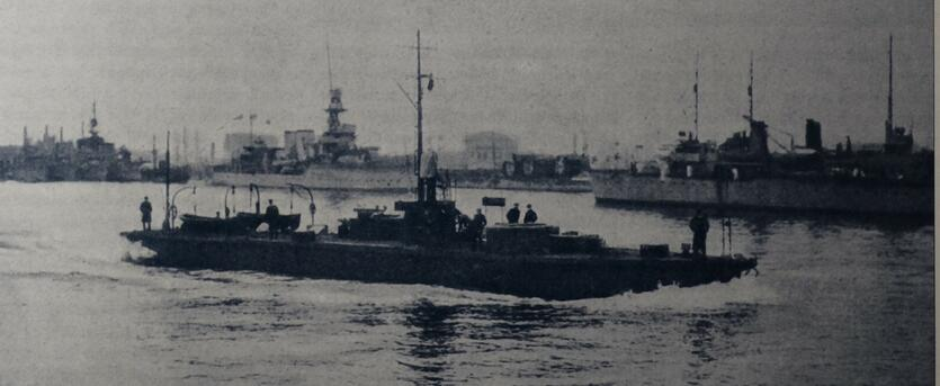 Polski monitor rzeczny w gdańskim porcie, na nabrzeżu pocięte kadłuby niemieckich łodzi podwodnych