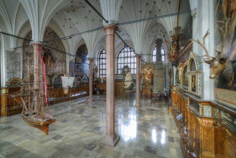 Wnętrze Dworu Artusa. Jedno z najczęściej odwiedzanych miejsc w Gdańsku