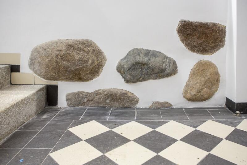 Kamienie to element ław fundamentowych w piwnicy Lastadii 2, które stosowano nim ludzkość wymyśliła żelbetowe pale. Kamienie układano w słabym gruncie, gdzie osiadały pod własnym ciężarem. Gdy warstwa była dość gruba, by nie osiadać, na ławach murowano ceglane ściany. Kamienie wystają ze ścian w prawie w całej piwnicy Lastadii 2, pod nr 41 jest ich mniej