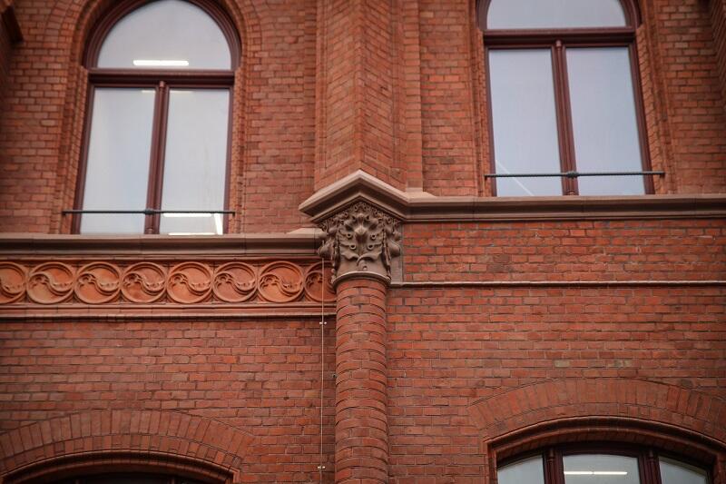 Dużo bogatsza w ozdoby jest fasada pod nr 41. Z cennych czerwonych piaskowców wykonano tu głównie parapety oraz elementy nośne spełniające jednocześnie rolę dekoracji, ozdoby ceramiczne łatwo odróżnić - mają cieplejszą barwę