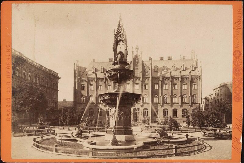 Naddyrekcja Poczty przy ul. Lastadia 2, przed nią Fontanna Wintera. Zdjęcie z 1881 r.