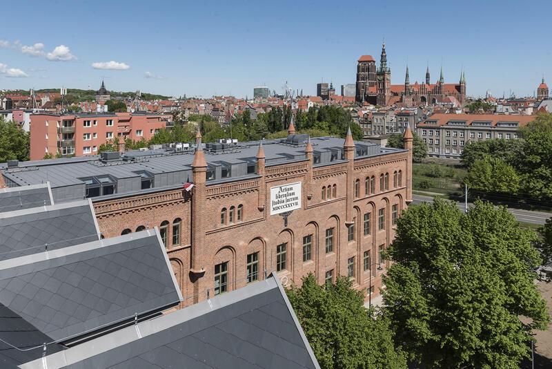 Widok na zrewitalizowane dawne Gimnazjum Miejskie w Gdańsku przy ul. Lastadia 2 z perspektywy dachu zmodernizowanego `sąsiada` - dawnej Naddyrekcji Poczty Królewskiej w Gdańsku