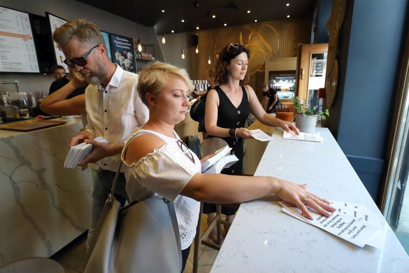 Pracownicy MOPR i wolontariusze w ubiegłym roku rozdawali ulotki z informacją m.in. o pomocy osobom bezdomnym w restauracjach, pubach, kawiarniach przy ulicy Długi Targ w Gdańsku