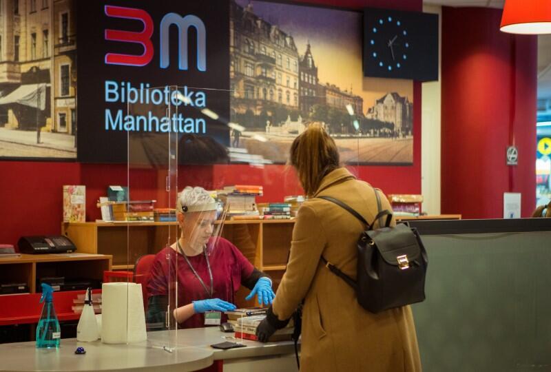 W Bibliotece Manhattan obowiązuje nadal rygor sanitarny, ale od dzisiaj sami możemy sięgać po książki stojące na regałach