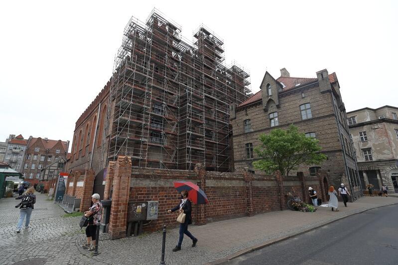 Rusztowanie na ścianie zachodniej Bazyli św. Mikołaja w Gdańsku
