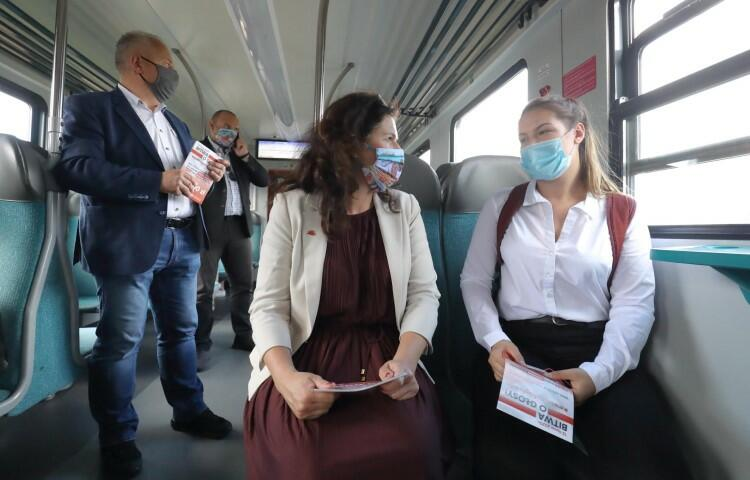Samorządowcy przyjechali na spotkanie w Rumi SKM-ką. Każdy z prezydentów Gdańska i Sopotu oraz szefowa RM Gdyni wsiadali do pociągu w swoich miastach, a w trasie zachęcali podróżnych do głosowania w drugiej turze wyborów 12 lipca