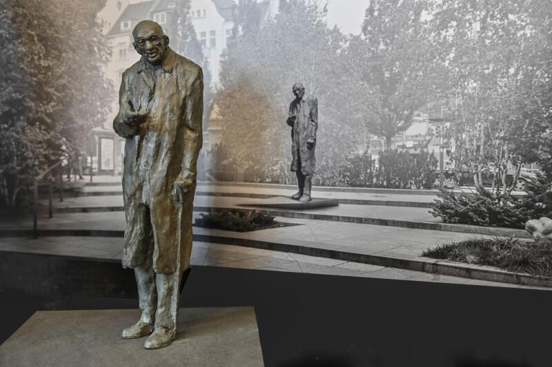 Profesor Władysław Bartoszewski - postać wybitna - zostanie upamiętniony pomnikiem przy budynku Sopot Centrum. Rada Miasta Sopotu nadała mu też tytuł Honorowego Obywatela. W Sopocie obecny był bardzo często, zwłaszcza wciągu ostatnich kilkunastu lat życia.