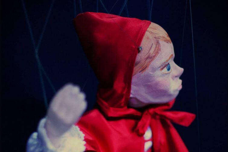 """Na bajkę """"Czerwony Kapturek"""" Teatru Barnaby z marionetkami w rolach głównych zaprasza Teatr w Blokowisku - tym razem pokaz odbędzie się na świeżym powietrzu"""