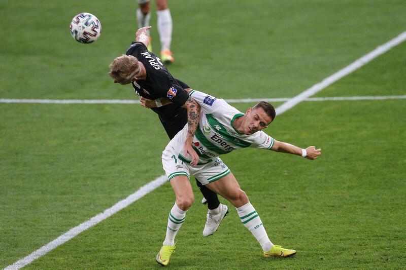 O piłkę walczą Michal Siplak i Jaroslav Mihalik