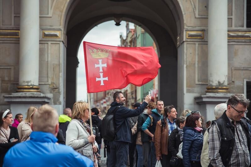 Rok 2019, mieszkańcy w kolejce po flagi Gdańska - w przededniu święta miasta
