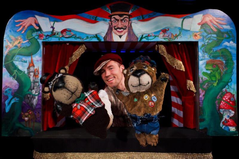 """""""Tymoteusz wśród ptaków"""" Teatru Barnaby to spektakl, w którym lalki zaskakują na scenie, a muzyka energicznie napędza akcję"""