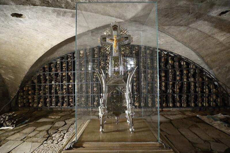 Relikwie św. Brygidy w postaci jej żuchwy znajdują się w centralnym miejscu krypty w ogromnym relikwiarzu autorstwa Wawrzyńca Sampa