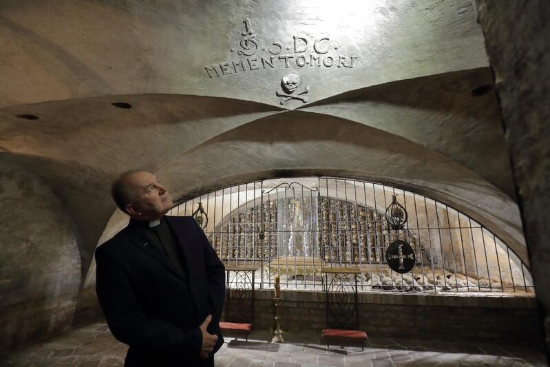 Ks. Ludwik Kowalski patrzy na umieszczony na sklepieniu napis Memento Mori