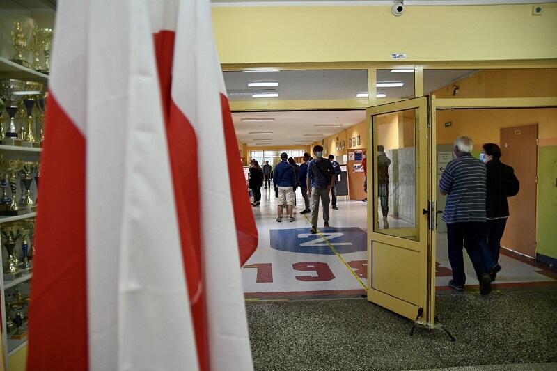 Szkoła Podstawowa nr 2 Piecki Migowo, siedziba pięciu obwodów wyborczych. Wyborcy czekają, by oddać głos w II turze wyborów Prezydenta RP, godz. 10, 12 lipca 2020 r.