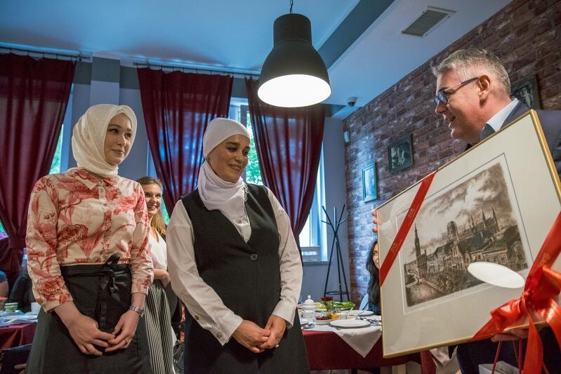 Inauguracja lokalu do okazja do wręczenia prezentów - Piotr Kowalczuk z-ca prezydent Gdańska przyniósł grafikę Gdańska
