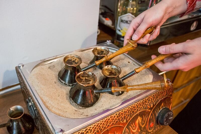 Baklavę zjemy popijając tradycyjną dla narodów tureckich kawą parzoną w tygielku na gorącym piasku lub po krymsku zaparzaną herbatą
