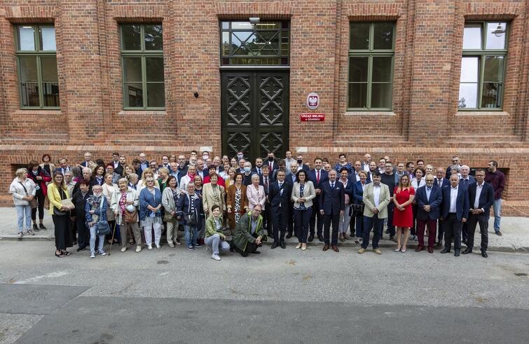 Uczestnicy oficjalnego otwarcia zrewitalizowanych budynków przy ul. Lastadia w Gdańsku przed obecną siedzibą Wydziału Geodezji UMG - wcześniej Gimnazjum Miejskie