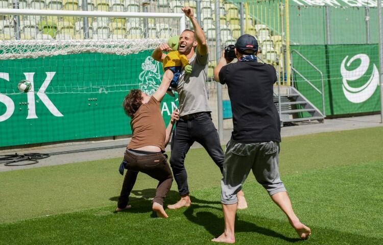 W trakcie realizacji filmu nie zabrakło wzruszających momentów - tu Mirek po zdobyciu gola w objęciach sportowej gwiazdy