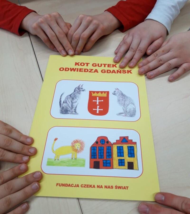 """Z opowieścią o kocie, który przyjeżdża do Gdańska, żeby spotkać się z tutejszymi lwami, po raz pierwszy można było się zapoznać dzięki książeczce """"Kot Gutek odwiedza Gdańsk"""", która w ubiegłym roku trafiła do gdańskich przedszkoli i instytucji"""